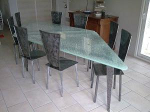 table en verre qui se brise. Black Bedroom Furniture Sets. Home Design Ideas
